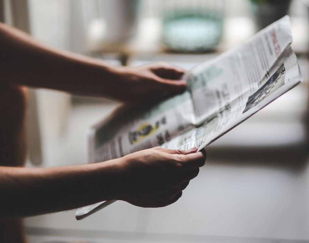 Leyendo prensa