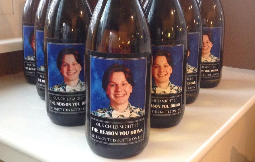 Regalan botellas con la cara de su hijo