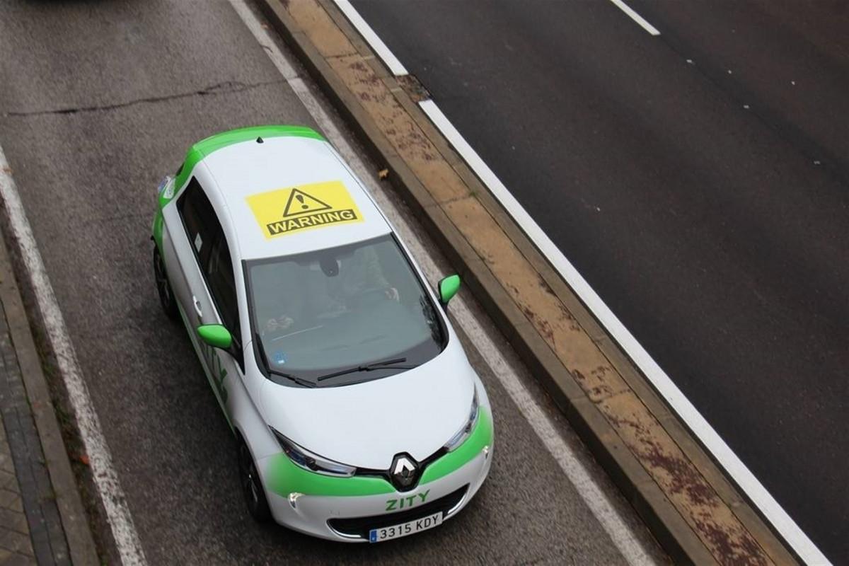 Aministu00eda Internacional pone pegatinas de warning en los coches de Zity