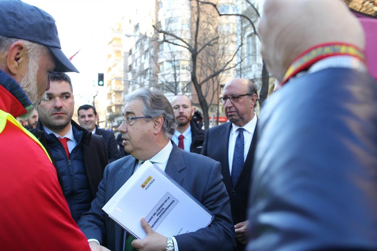 Zoido se acerca a los manifestantes para la equiparaciu00f3n salarial de la Policu00eda