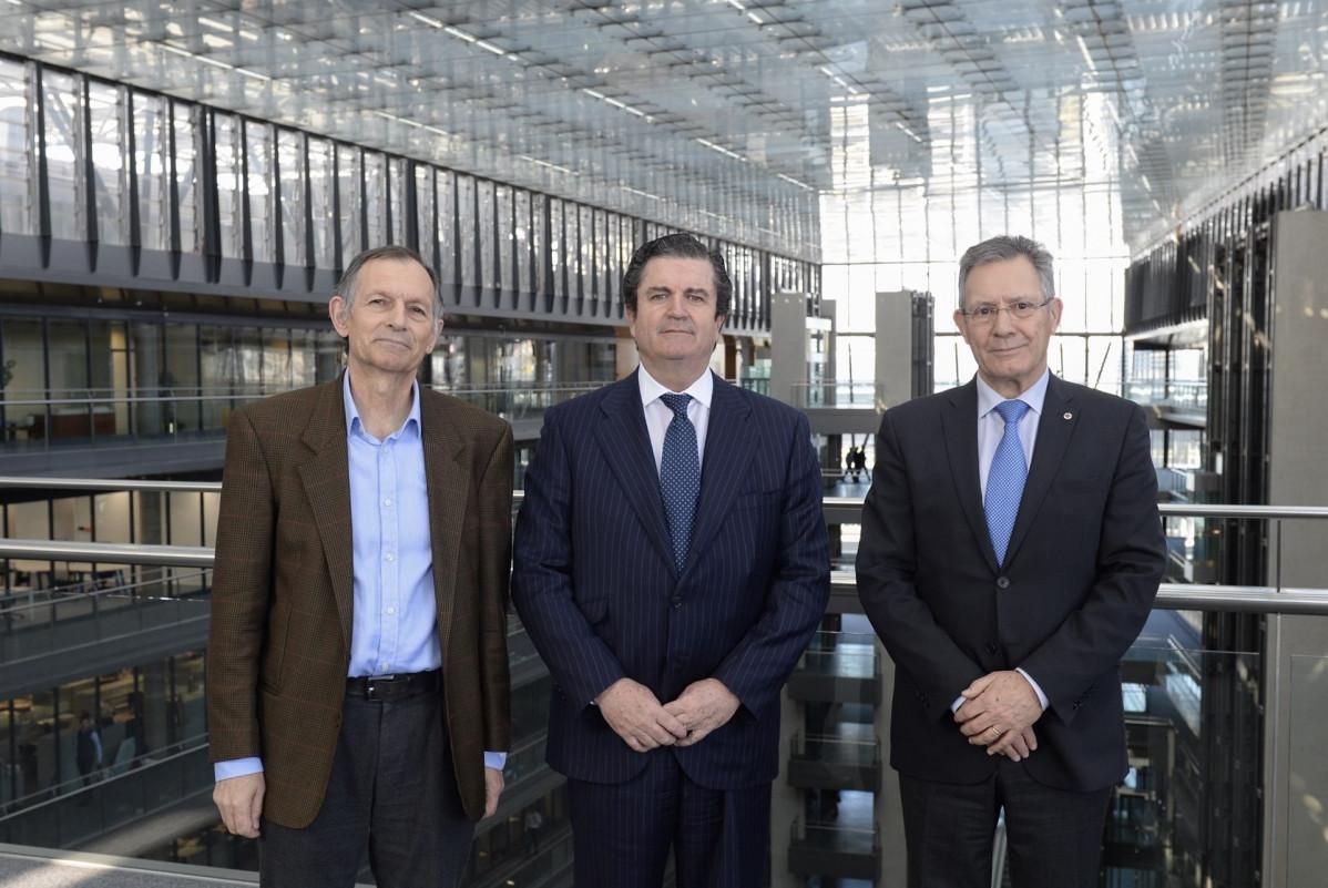 El presidente de Endesa, Borja Prado; el presidente de Cruz Roja Espau00f1ola, Javier Senent, y el director de Ecodes, Vu00edctor Viu00f1uales