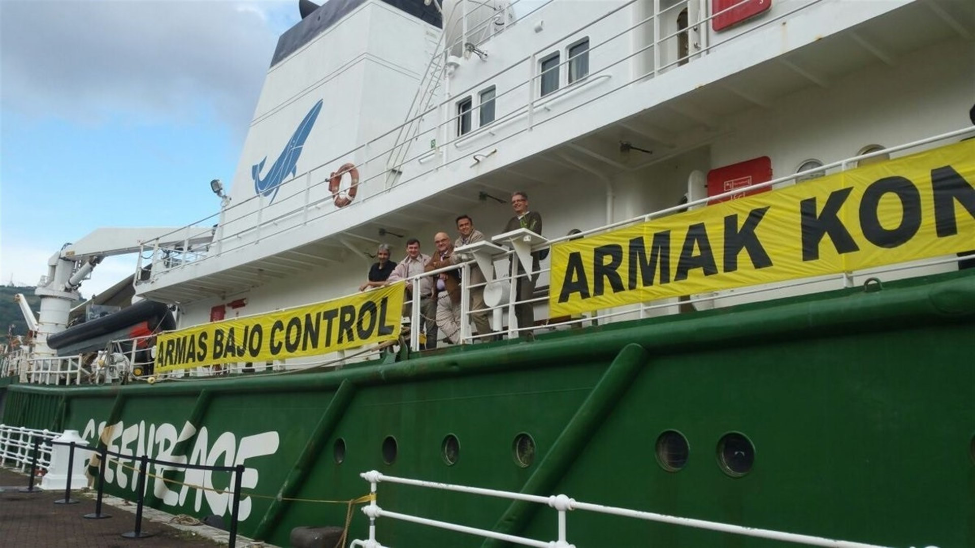 Barco Greenpeace campaa Armas bajo control