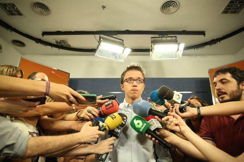 Iñigo Errejón contestando a los medios