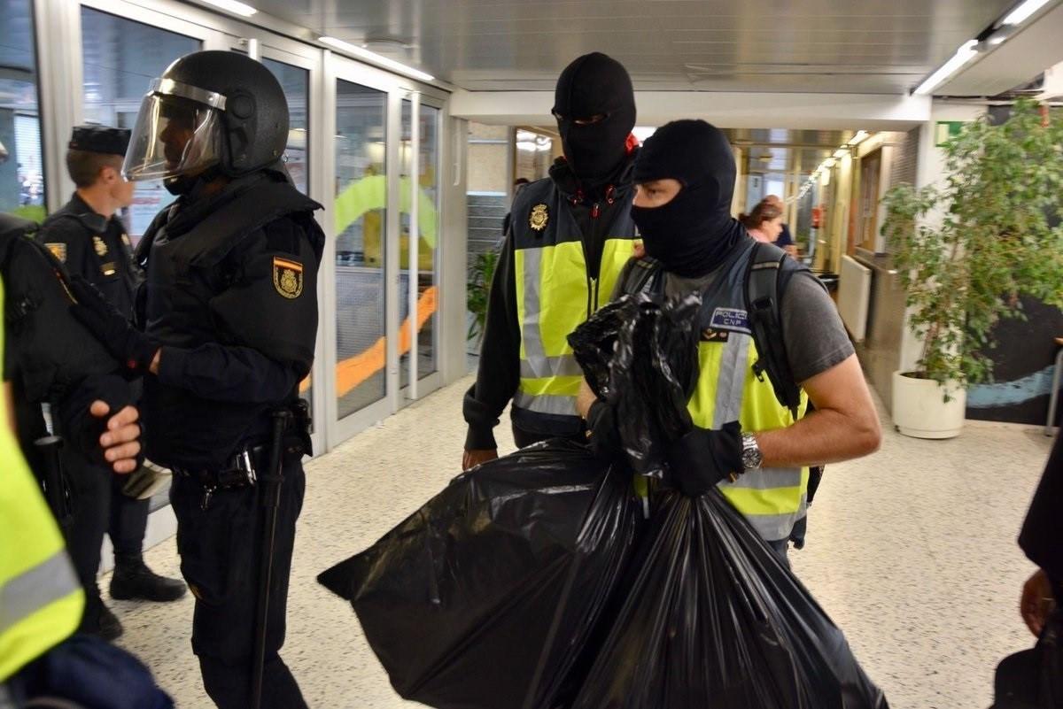 Agentes intervienen urnas y papeletas colegios barcelona
