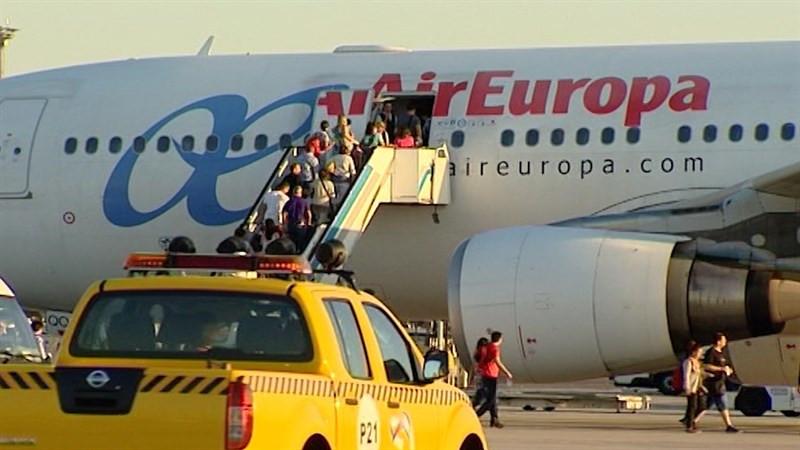 Pasajeros subiendo a un avión de Air Europa