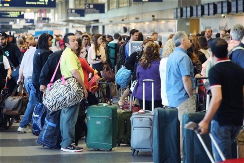 Gente esperando en el aeropuerto.