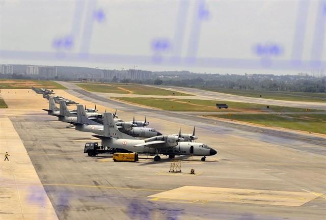 Aviones aparcados en la pista de aterrizaje