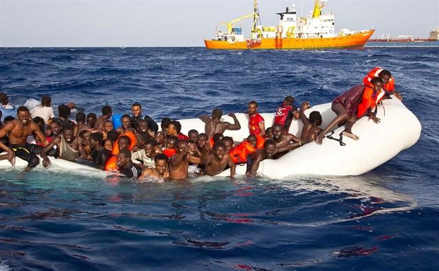 Inmigrantes en una barca en el mar