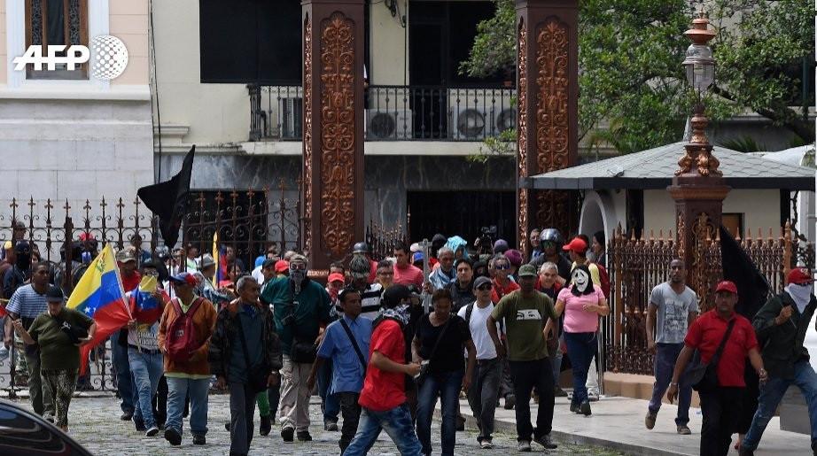 Chavistas irrumpen parlamento 1