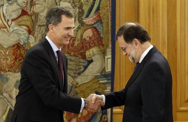 El Rey y Rajoy estrechan sus manos
