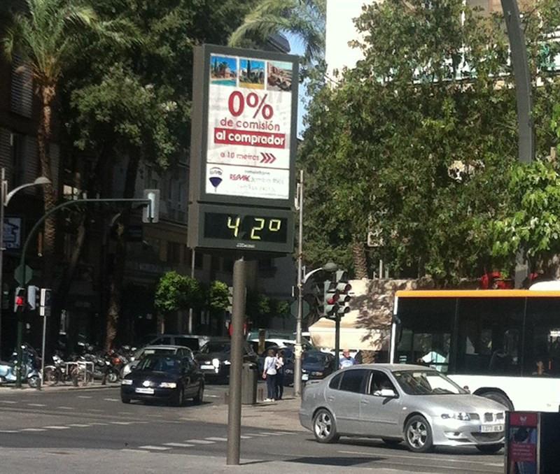 Termómetro marca 42º de temperatura en la calle
