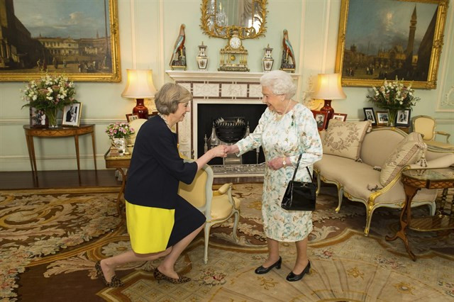 La Reina de Inglaterra designa a Theresa May primera ministra