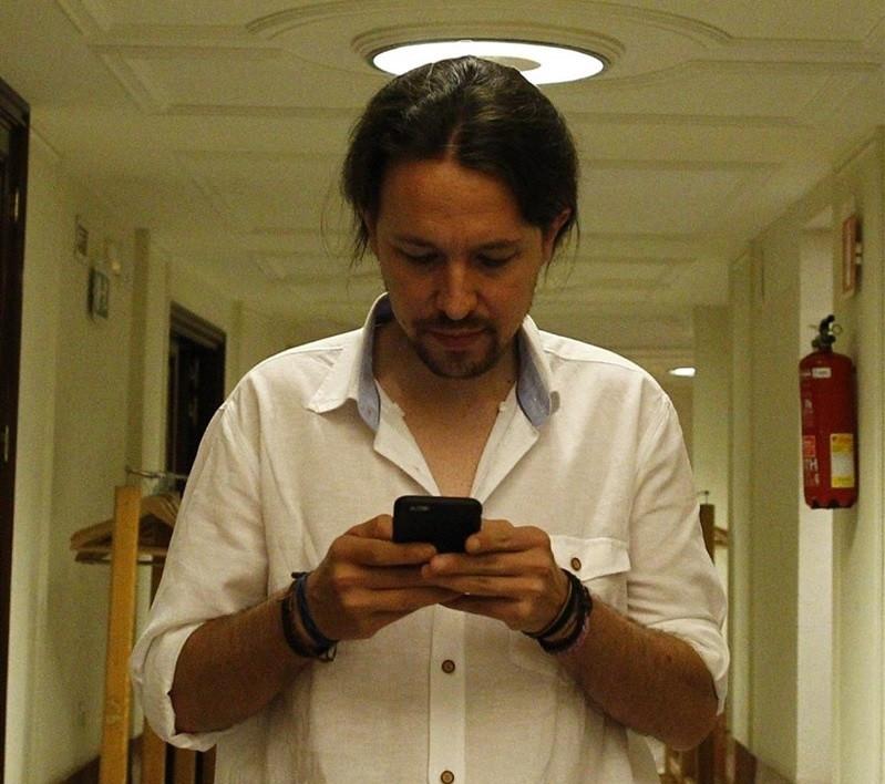 Pablo Iglesias escribiendo en su móvil