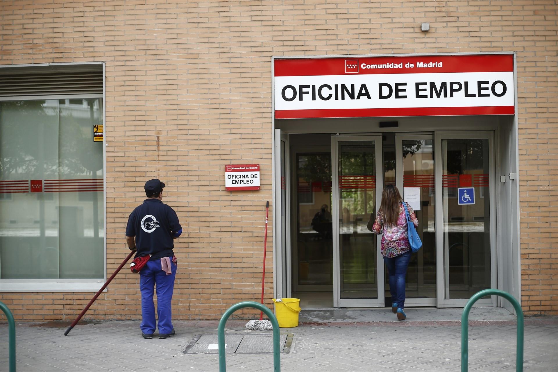 El paro sube en personas en agosto con el fin del for Oficina del paro