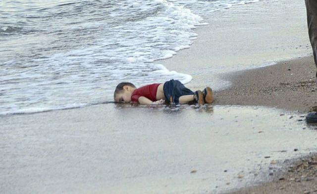 Resultado de imagen de niño sirio playa