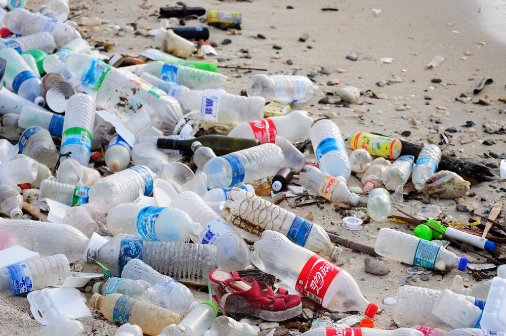 Playa llena de residuos plasticos