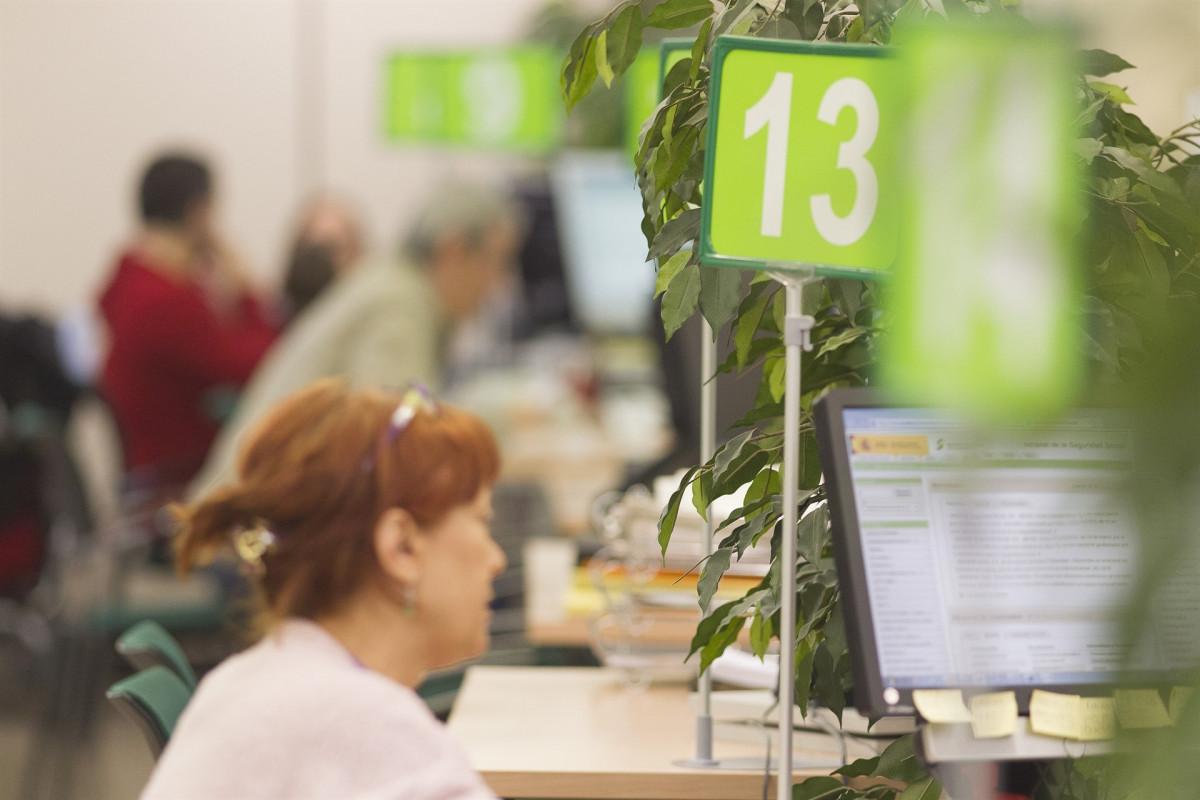 Una mujer en una oficina de empleo