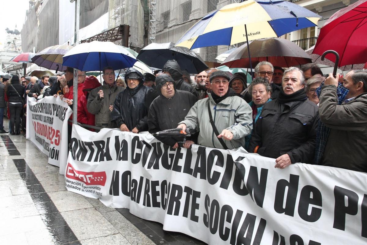 Concetraciu00f3n de pensionistas frente al Ministerio de Hacienda