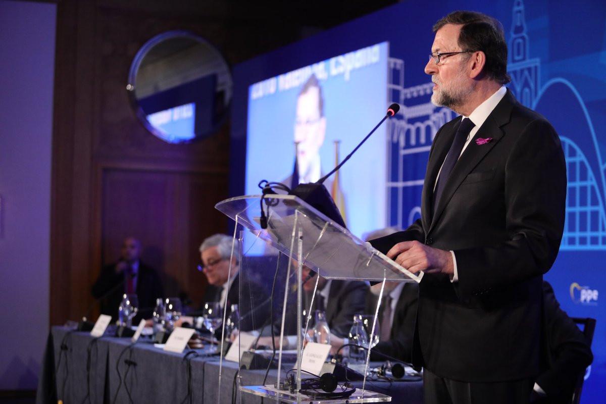 Mariano Rajoy luce lazo morado