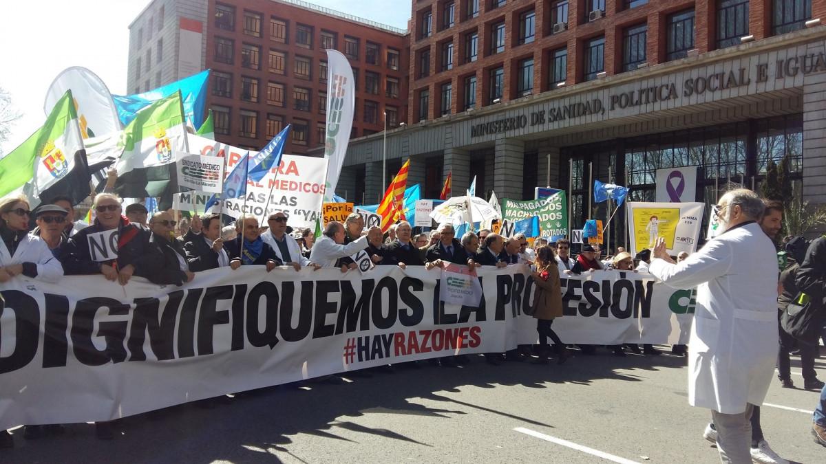 Mu00e9dicos se manifiestan en Madrid
