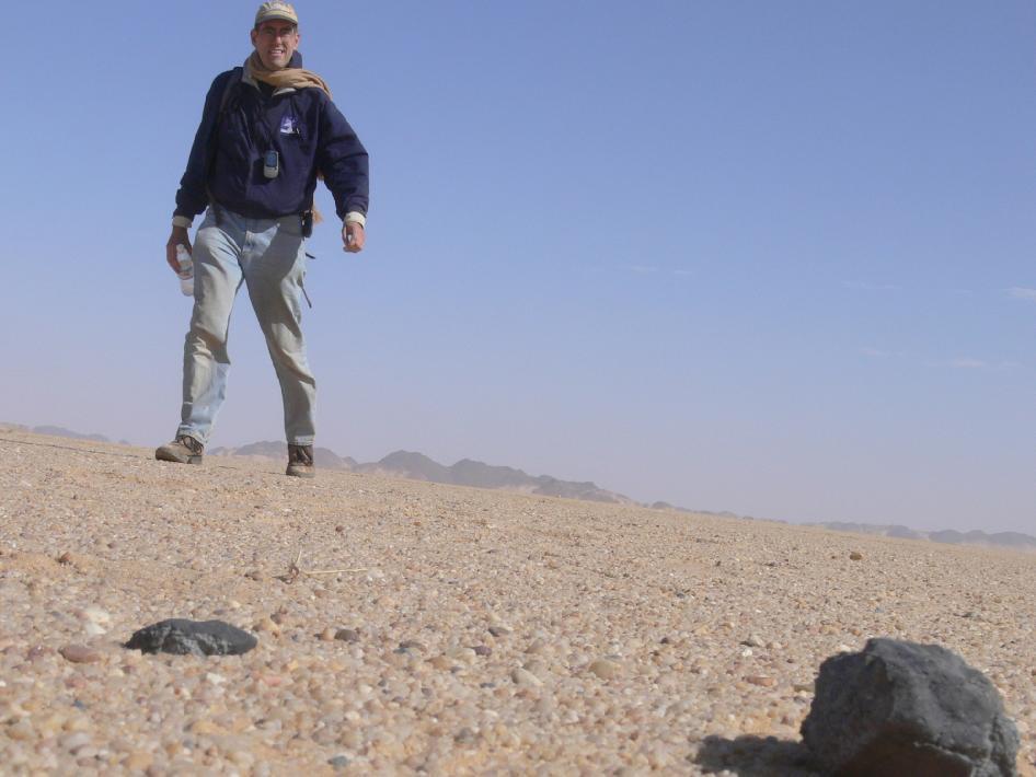 Fragmento encontrado el 28 de febrero de 2009 por Peter Jenniskens, con la ayuda de estudiantes y personal de la Universidad de Khartoum. Desierto de Nubia, Sudu00e1n.
