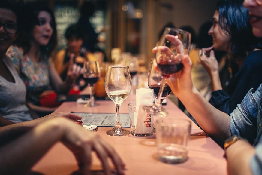Mujeres bebiendo