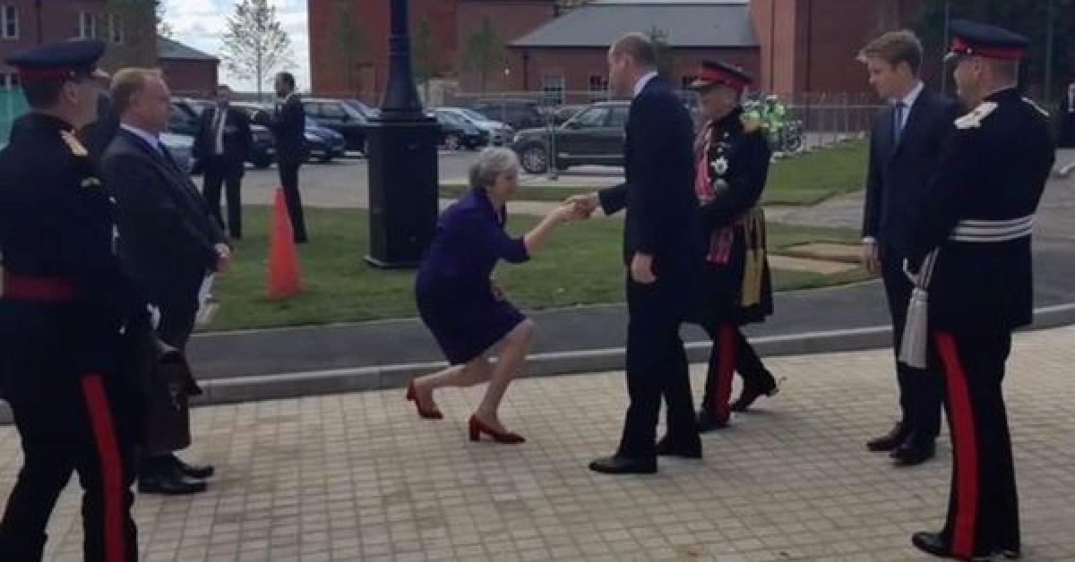 La extrau00f1a reverencia de Theresa May
