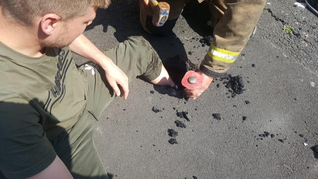 Joven atrapado en asfalto derretido