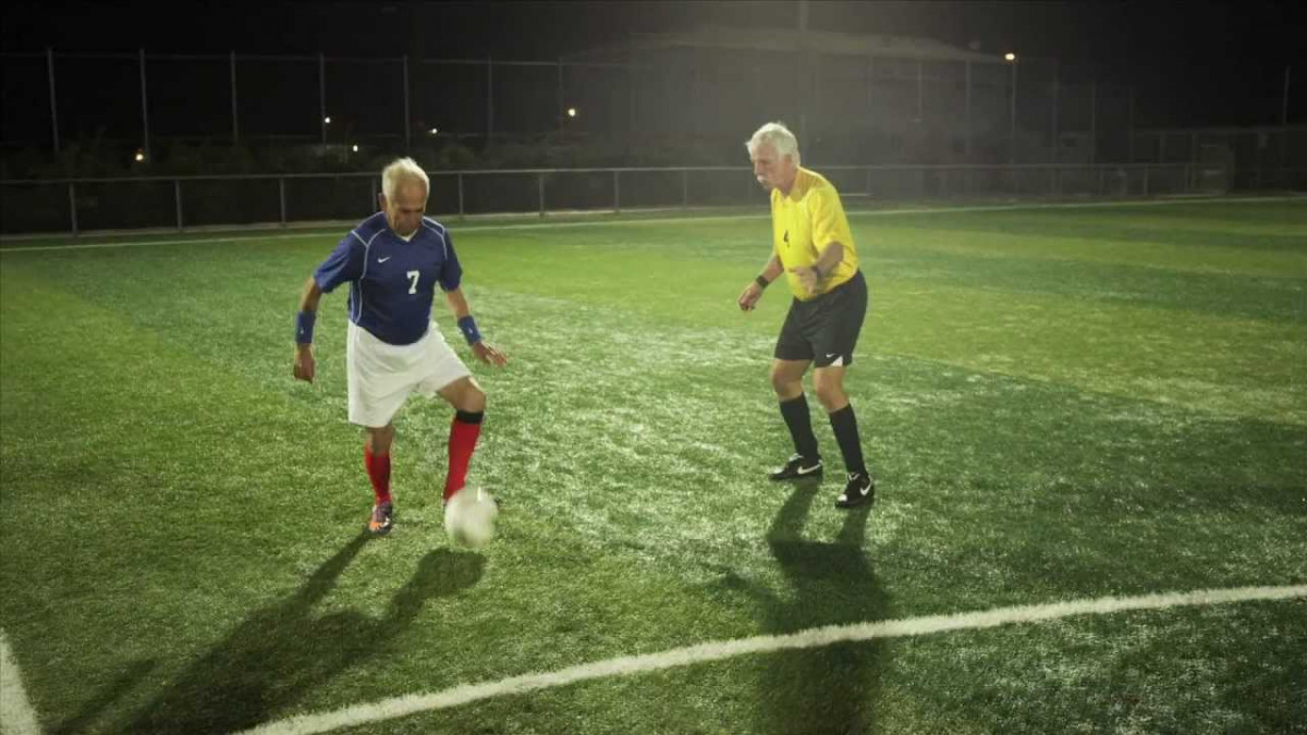Hombres mayores jugando al fu00fatbol