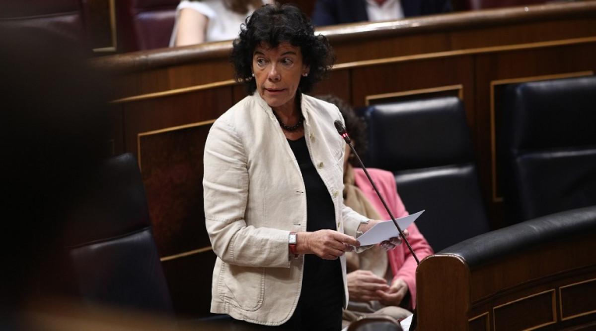 Isabel Celau00e1, ministra de Educaciu00f3n, en la sesiu00f3n de control