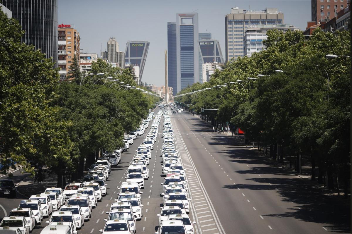 Taxistas se concentran en el Paseo de la Castellana de Madrid frente al Ministero Eduardo Parra