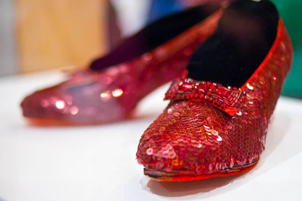Los tacones de rubu00ed de Dorothy expuesto en el Museo Smithsonian