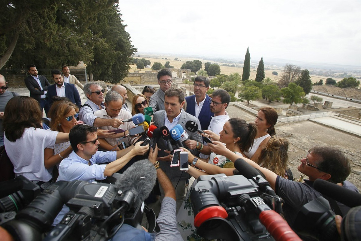 Rivera atiende a los periodistas en Medina Azahara