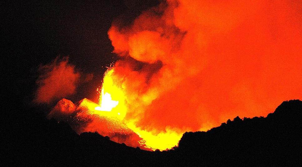 El volcu00e1n Etna en erupciu00f3n