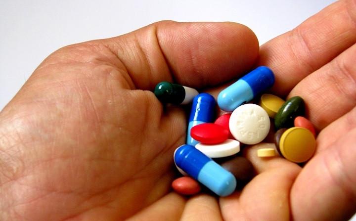 Pu00edldoras y pastillas en la mano
