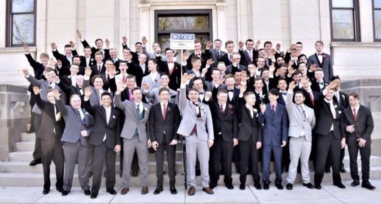 La escuela de Wisconsin investiga estudiantes foto saludo nazi '