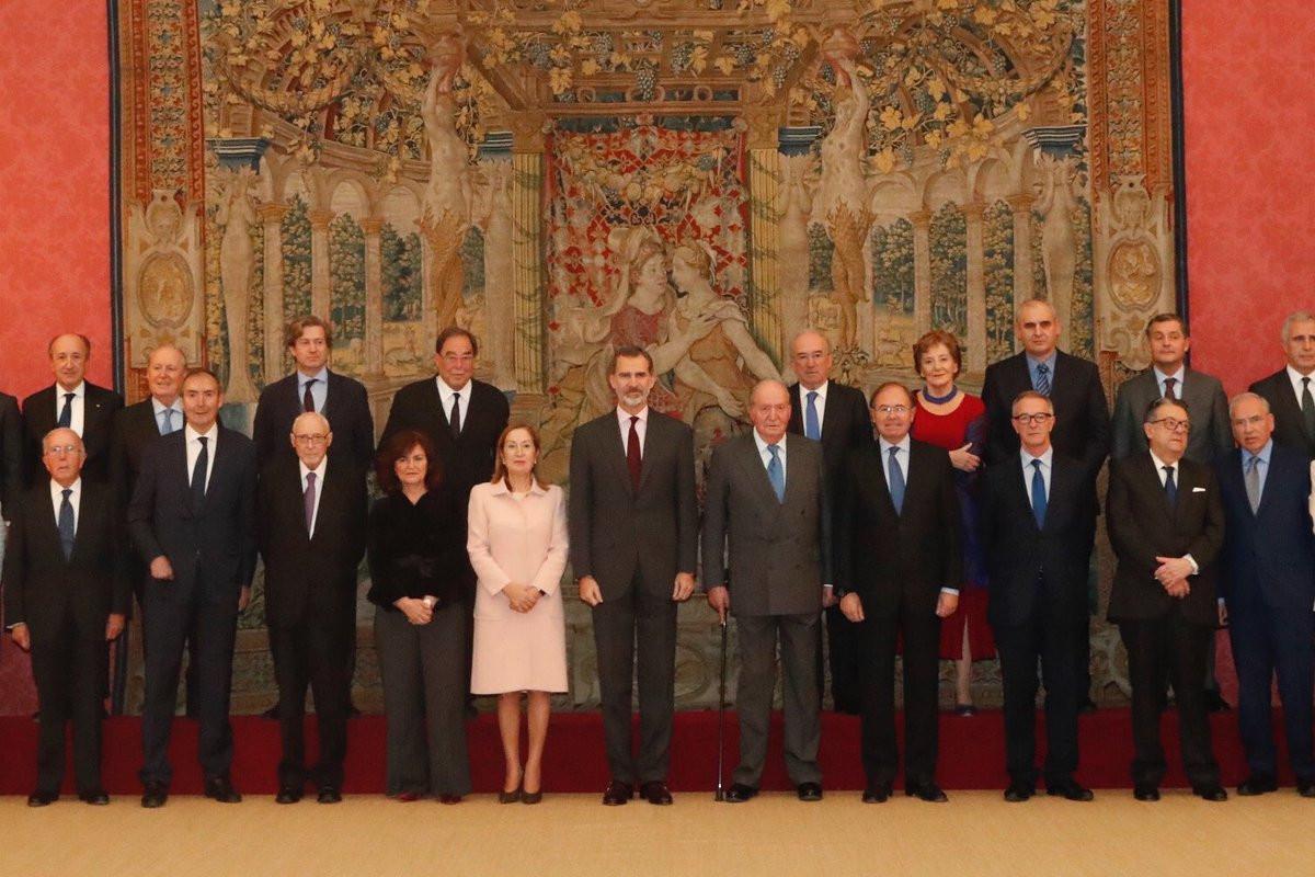 Juan Carlos I, junto a Felipe VI para recibir al consejo asesor de los actos de los 40 au00f1os de la Constituciu00f3n