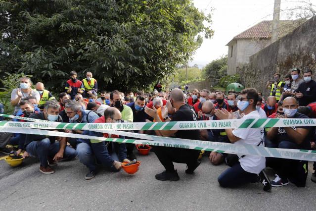 Trabajadores de Alcoa convocados en el Pazo de Cea horas después de la finalización de una mesa de negociación con la empresa, en Nigrán, Pontevedra, Galicia (España), a 28 de septiembre de 2020.