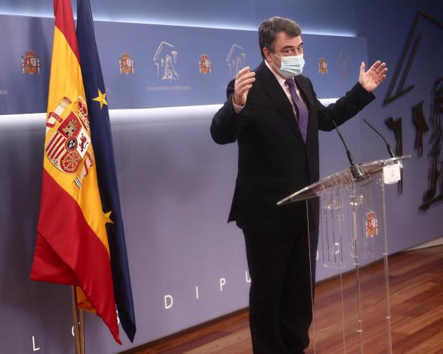 El portavoz parlamentario del PNV, Aitor Esteban, responde en una rueda de prensa posterior a una reunión de la Junta de Portavoces en el Congreso de los Diputados, en Madrid (España), a 16 de febrero de 2021.