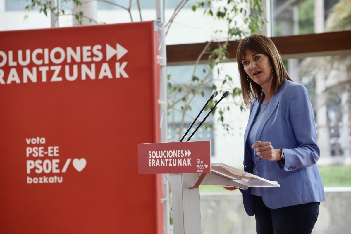 La candidata socialista a lehendakari de los comicios vascos del 12 de julio, Idoia Mendia, durante su intervención en un acto electoral en San Sebastián.